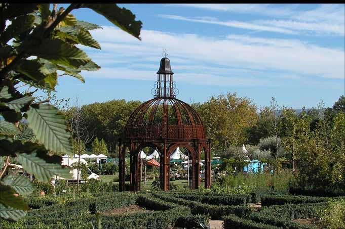 Gloriette monumentale en fer forg parc chantilly for Gloriette de jardin en fer forge